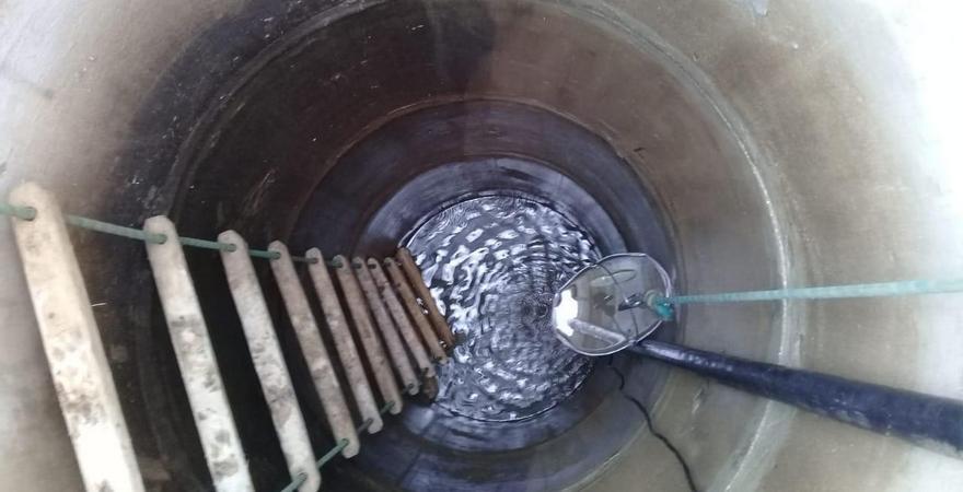 Чистка колодца: как проверить его герметичность, почистить дно и стенки и обеззаразить воду?
